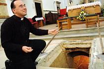 Josef Juriga ukazuje vchod do krypty.