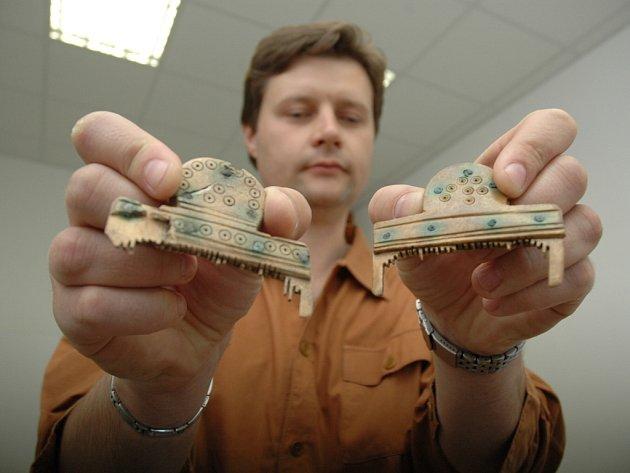Před několika dny nalezl správce Archeoskanzenu v Modré kostěný germánský hřeben.