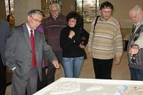 Členové správní rady Historické společnosti Starý Velehrad při prohlídce nové expozice v Památníku velké Moravy.