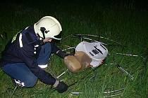 Vyšetřování tragédie smrtelného pádu paraglidisty u obce Topolná se protáhlo do pozdních nočních hodin.