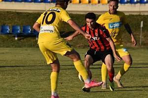 Fotbalisté Strání (žluté dresy) v posledním přípravném zápase před novou divizní sezonou podlehli Hodonínu 0:1.