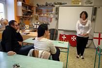 Hra Úča musí pryč. Slovácké divadlo hraje ve třídě ZŠ Unesco v Uherském Hradišti.