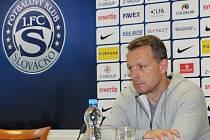 Fotbalisté Slovácka (v bílých dresech) zakončili letošní ligovou sezonu výhrou nad Karvinou 2:0.