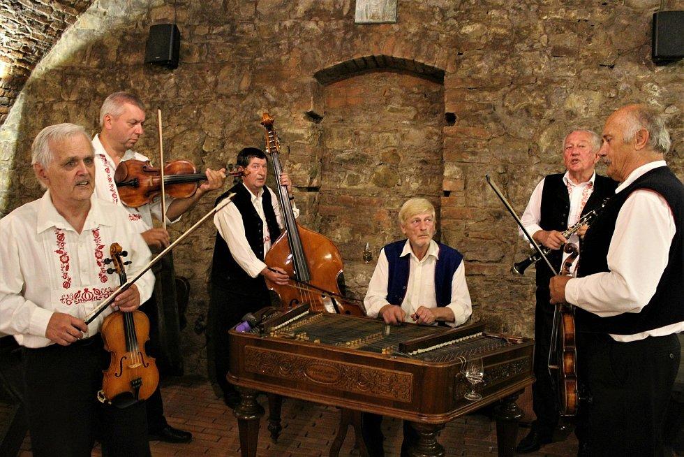 V sobotu se Vinohradská ulice v Uherském Hradišti zaplnila milovníky vína i folkloru. Konaly se tam totiž (ne) Slavnosti vína. Cimbálová muzika Kunovjané.