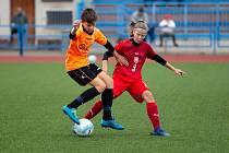 I z malého klubu může vést cesta až do reprezentace. Na snímku Markéta Jančářová (s míčem), odchovankyně Újezdce, nyní 1. FC Slovácko.