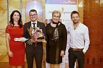 Nositelem letošního ocenění Bílá vrána pro inspirativní lidi z dětských domovů se stal čtyřiadvacetiletý Pavel Lukáš (na snímku druhý zleva) ze Slovácka.