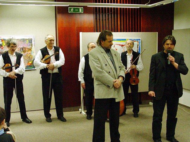 Výstavu obrazů Milana Rašky(vpředu) zahájil ředitel Klubu kultury Antonín Mach (vpravo).