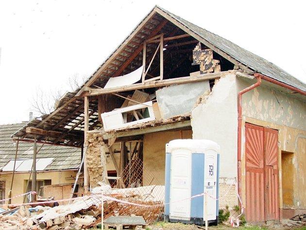 Stěna domu v Topolné šla k zemi.