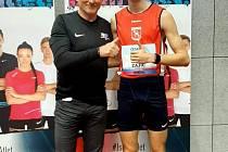 Tomáš Zajíc (na snímku s trenérem Ivanem Resslerem) získal na čtyřstovce stříbrnou medaili.