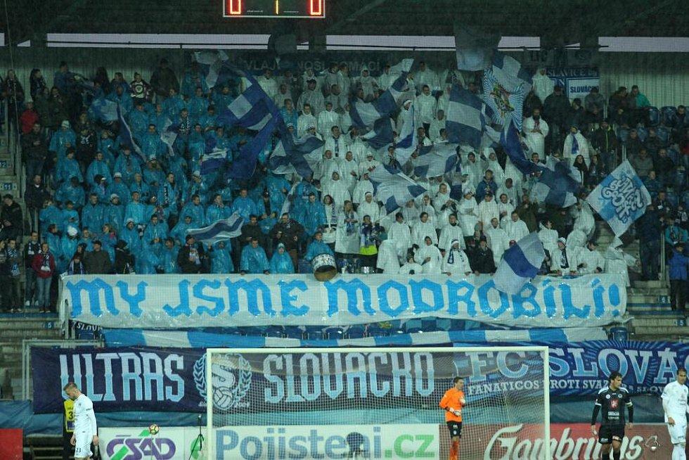 """Modrobílé """"pláštěnkové"""" choreo fanoušků Slovácka."""