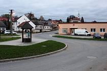 Částečné uzavírky Jalubí kvůli výměně povrchu hlavní silnice ze žulových kostek za asfaltový napříč obcí jsou k radosti řidičů od začátku listopadu minulostí.