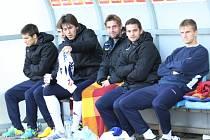 Stoper Slovácka Jan Trousil (třetí zleva) na lavičce náhradníků.