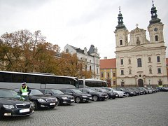Uherskohradišťské Masarykovo náměstí, v pozadí kostel sv. Františka Xaverského. Ilustrační foto.