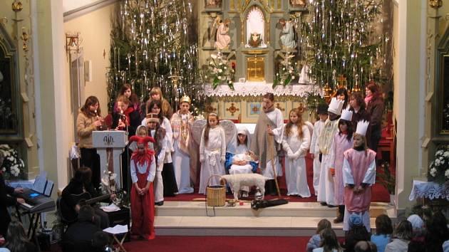 Pásmo plné koled a vánočních písní představila  v Dolním Němčí místní Schola.