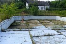 V tomto bazénu v Topolné se už nikdy nikdo neokoupe, budou z něj beachvolejbalové kurty.