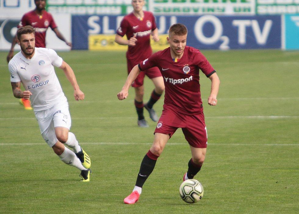 Fotbalisté Slovácka (v bílých dresech) v posledním zápase základní části FORTUNA:LIGY prohráli se Spartou 0:2
