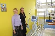 Plicní ventilátor v hodnotě 350 tisíc zakoupila Kapka Naděje pro dětské oddělení Uherskohradišťské nemocnice. Osobně jej přijela ve čtvrtek 2. února předat prezidentka fondu Vendula Pizingerová.