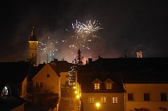 Novoroční ohňostroje křižovaly noční nebe nad Uherským Hradištěm.