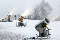 Zasněžování lyžařského svahu na Stupavě.