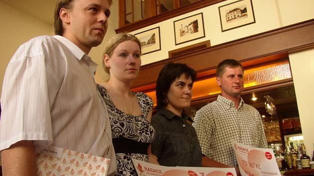 Rodiče převzali šek na 717 167 korun.