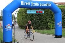 Za každého cyklistu, který projel speciální branou v Uherském Hradišti, přispěje společnost Birell handicapovaným částkou pět korun.