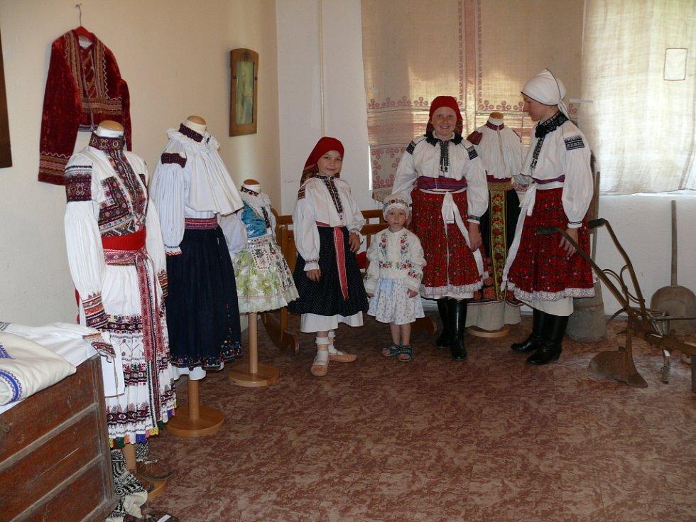 Cestou života a oděvem našich předků, tak byla pojmenována národopisná výstava ve dnech 5. až 8. července, kterou v Březové pořádalo tamní Občanské sdružení Kopretina ve spolupráci s Muzeem J. A. Komenského v Uherském Brodě.
