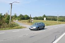 """Přecházení přes silnici nad chatovou oblastí u Buchlovic je podle chatařů nebezpečnou hrou o život. Svých požadavků na """"zebru"""", dopravní značení či novou stezku se ale odmítají vzdát."""