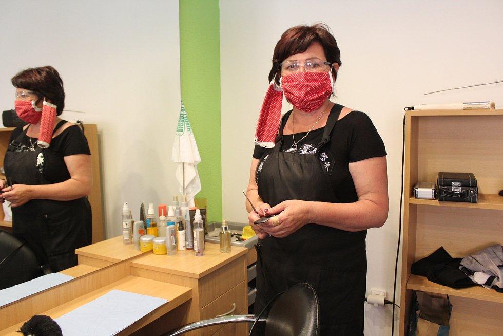 Kadeřnice Radka Gavalcová z Dolního Němčí s dvěma rouškami na tváři a ochrannými brýlemi.