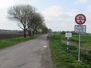 Dopravní značka zakazující vjezd k ostrožským jezerům.