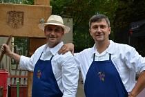 Dušan Jakšík (vpravo) se stará o technické zabezpečení slavností vína.