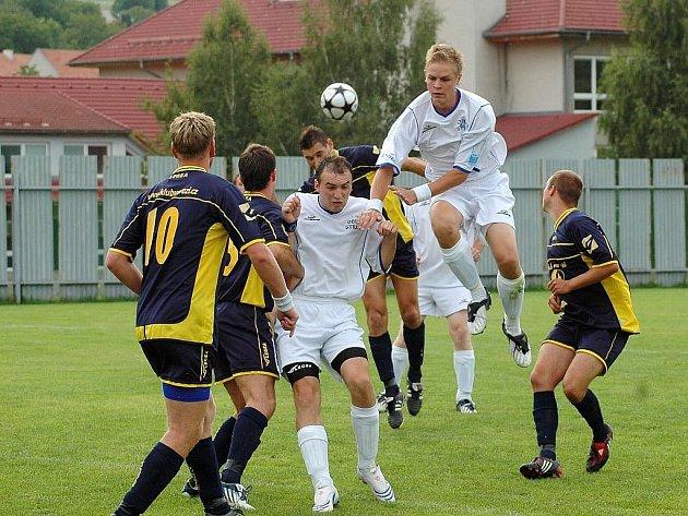 Fotbalisté Strání (v bílém). Ilustrační foto.