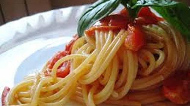 Italská kuchyně: špagety s rajčaty.
