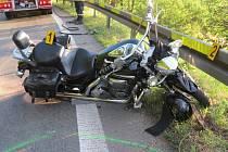 Nehoda s těžkým zraněním se stala v podvečer v neděli 6. července v kopcích nad Starými Hutěmi. Dvaatřicetiletý motorkář ze Slovenska neodhadl ostrou zatáčku a skončil ve svodidlech.