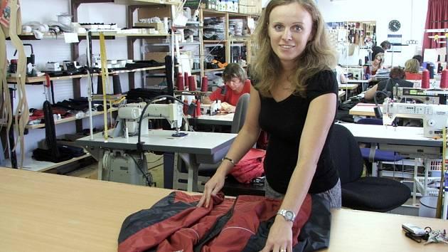 Ve firmě se snaží Irena Kubíčková vybudovat co nejlepší zázemí, zaměstnanci například pracují na nových poloautomatických strojích.