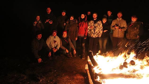Napříč Slováckem si na několika místech předávali v sobotu večer Keltský telegraf. V Uherském Brodě nahradili světelnou signalizaci ohňostrojem, v Popovicích zapalovali vatru.