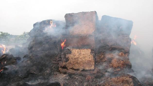 Rozsáhlý požár stohu balíků slámy u Boršic.