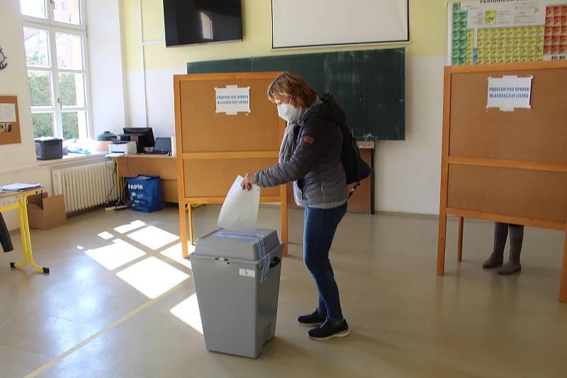 Volby 2021 v Uherském Hradišti u okrskových volebních komisí na tamním Gymnáziu.