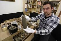 Archeologická sbírka Milana Daňka tříděná archeologem Slováckého muzea Jaroslavem Bartíkem
