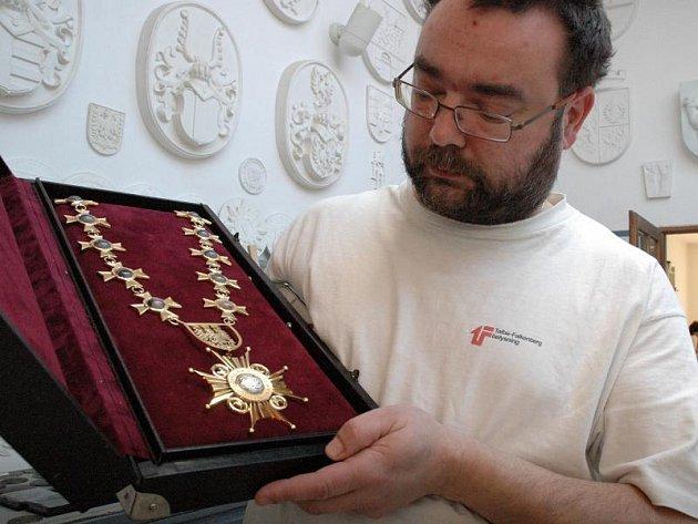 Insignie  Společenstva pekařů Moravy a Slezska  se svým autorem André Víchou.