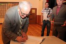Jako první do Síně slávy vstoupil Jan Zlámal.  44A: Blahopřání přijal od Petra Švancary.