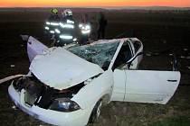 U příkopu na střeše skončil svou rychlou jízdu u Topolné osmnáctiletý mladík bez řidičáku. S mladinkou spolujezdkyní skončili v nemocnici.