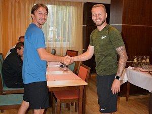 Zkušeného obránce Michala Kadlece (na snímku vpravo) na soustředění ve Velkých Losinách přivítal trenér Slovácka Michal Kordula.