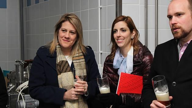 Baťovy pravnučky ochutnaly jarošovské pivo. Na exkurzi do Jarošovského pivovaru dorazila dcera vnučky J. A. Bati Dolores L. Bata Arambasic Roberta a další pravnučka Mariana Bata Breech, kterou doprovázel i její manžel Dustin.