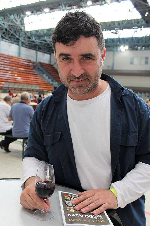 Čtyři šampioni vévodili výstavě vín na zimním stadionu v Hradišti. K tradičním návštěvníkům výstavy vín patří herec Slováckého divadla Zdeněk Trčálek.