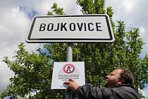 Pracovníci městského úřadu v Bojkovicích ve čtvrtek 3. července nainstalovali u příjezdových cest do města cedule oznamující zákaz podomního prodeje na území Bojkovic.