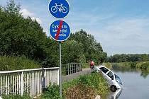Ve vodě dnes skončil řidič osobního vozidla, který pravděpodobně omylem vjel na cyklostezku u Baťova kanálu mezi Spytihněví a Babicemi.