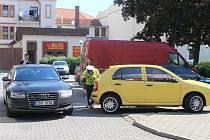 36letá řidička Fabie při vyjíždění z parkoviště na Zelném trhu v Uherském Hradišti nacouvala do limuzíny premiéra Bohuslava Sobotky, který právě pobýval v metropoli Slovácka na návštěvě.