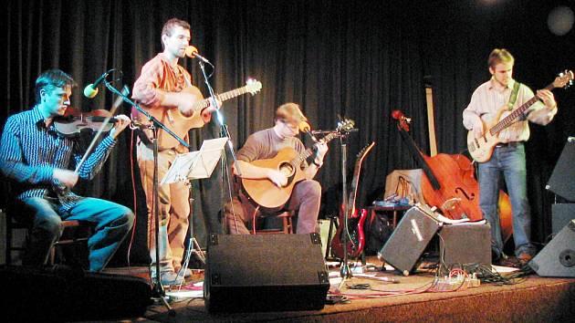 To je název čtyřčlenného hudebního seskupení z Uherskohradišťska. Kapelníkem je Petr Hudec (na snímku druhý zleva).