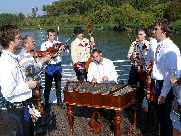 Cimbálová muzika Mladí Burčáci.
