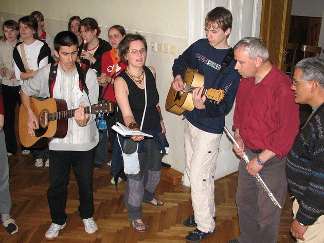 Studenti i klienti Vincentina si ve velehradské kapli společně zazpívali také duchovní písně.